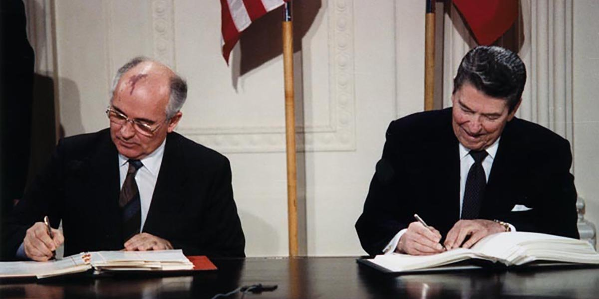 General Secretary Mikhail Gorbachev and President Ronald Reagan signing the INF Treaty in Washington, DC, December 8, 1987 (Photo:Wikimedia)