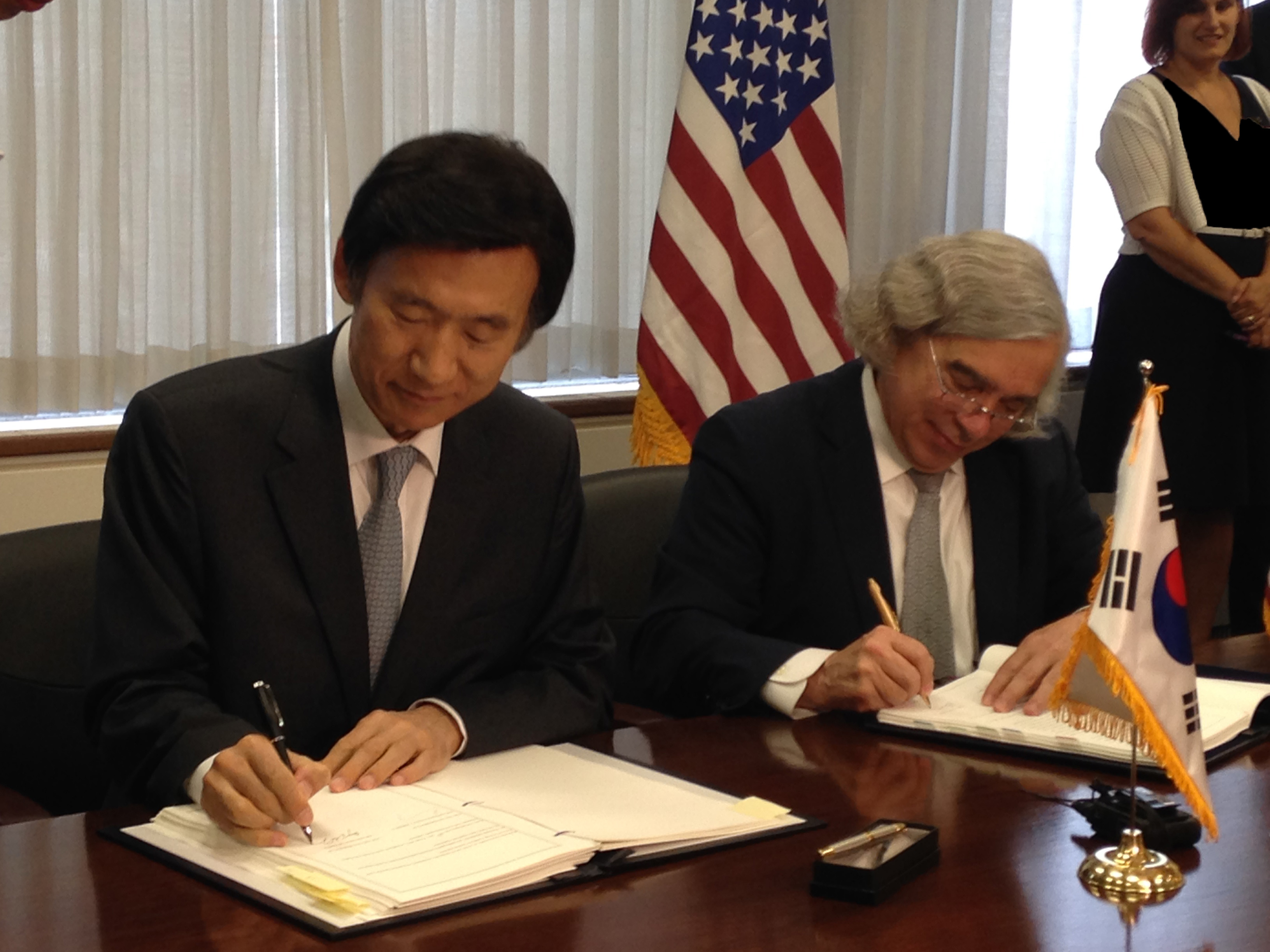 South Korean Foreign Minister Yun Byung-se (left) and U.S. Energy Secretary Ernest Moniz sign an agreement for peaceful nuclear cooperation in Washington on June 15.(U.S. Department of Energy)
