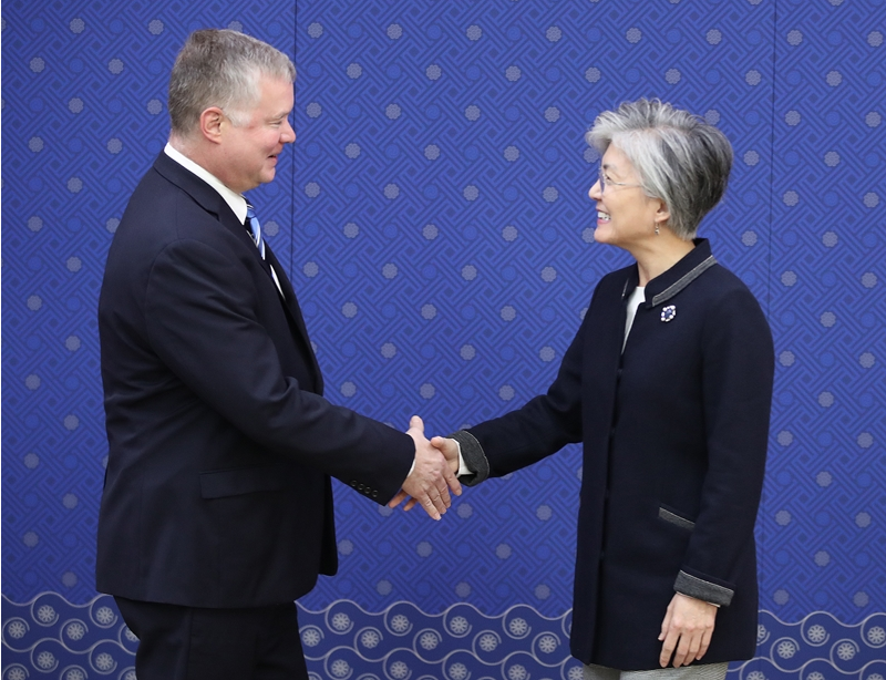 Foreign Minister Kang Kyung-wha (right) met with United States Special Representative for North Korea Stephen Biegun, Oct. 29. (Photo: Republic of Korea Ministry of Foreign Affairs)